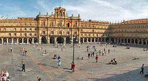 Los encantos de Salamanca desde las torres del conjunto catedralicio se despliegan todav�a m�s al caer la noche.
