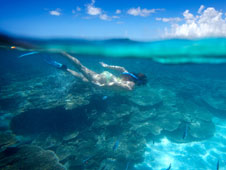 Una mujer hace �snorkel� en las aguas transparentes del pa�s africano. | Fotos: Roberto Iv�n Cano y Kris Ubach.