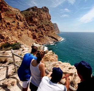 La cala de Mal Pas es una opci�n tranquila entre las playas de Levante y Poniente, y con el casco antiguo de fondo. Foto: Shutterstock
