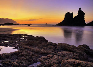 La puesta de sol en la playa de Benijo es uno de los imprescindibles de Tenerife.