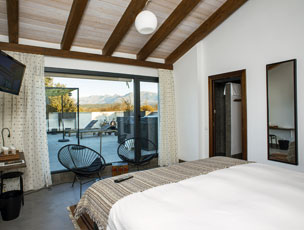 A la izquierda, fachada de El Hotelito abulense. A la derecha, cesta de albaricoques locales, una habitaci�n y la piscina.