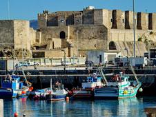 Las barcas de pescadores y el castillo de Tarifa, dos de sus s�mbolos. Foto: Juan Serrano Corbella.