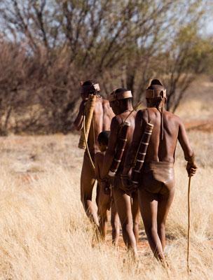 Un grupo de bosquimanos, en el desierto del Kalahari. Foto: Shutterstock.