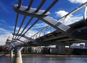El Puente del Milenio que conduce a la catedral de Saint Paul.