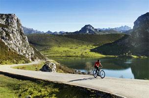 Ruta ciclista por los lagos de Covadonga. | Fotografías: Turismo de Asturias