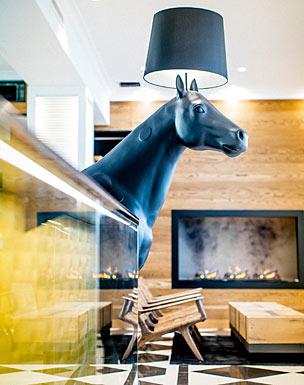 El espectacular 'lobby' con chimenea del Lilla Roberts de Helsinki.