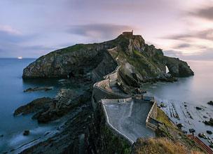 La ermita de San Juan de Gaztelugatxe y el islote de Akatz, en la costa vizcaína.